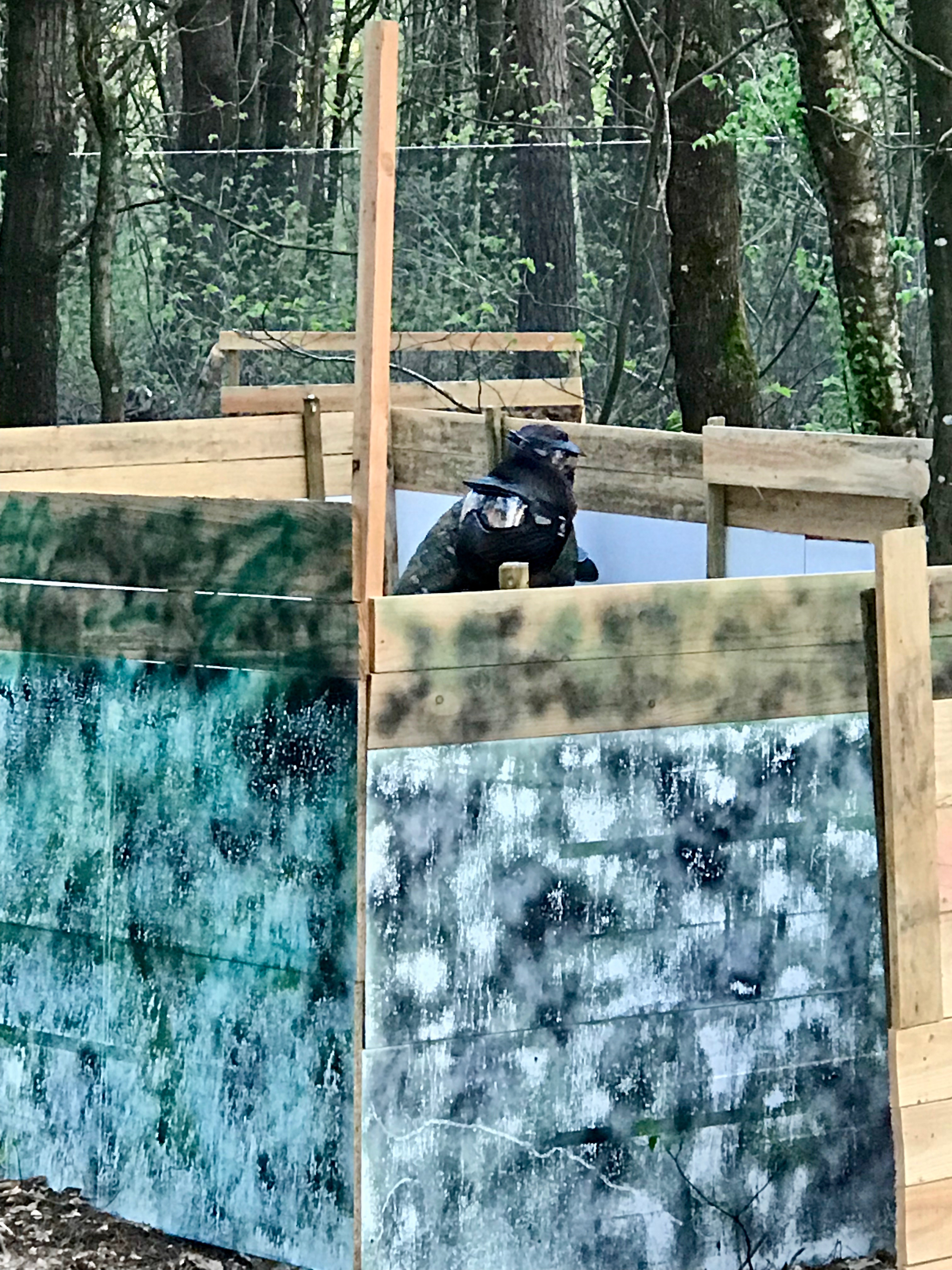 joueur qui défend le fort en paintball sur le terrain de paintball quartier general situé a 12 minutes de rennes